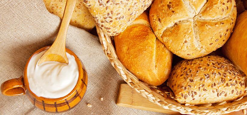 ヨーグルトとパン
