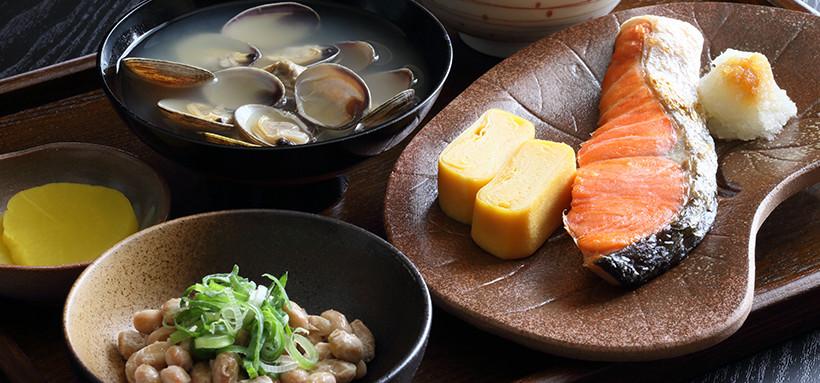 味噌汁、納豆と鮭の塩焼き